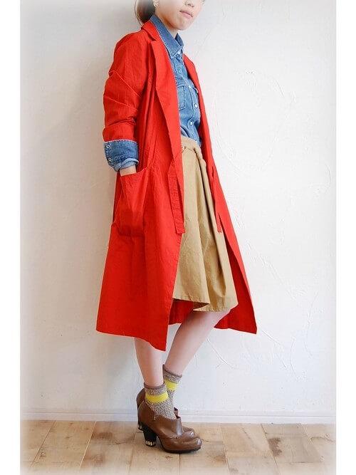 ダンガリーシャツとベージュのフレアスカートに真っ赤なアウターのコーデ画像