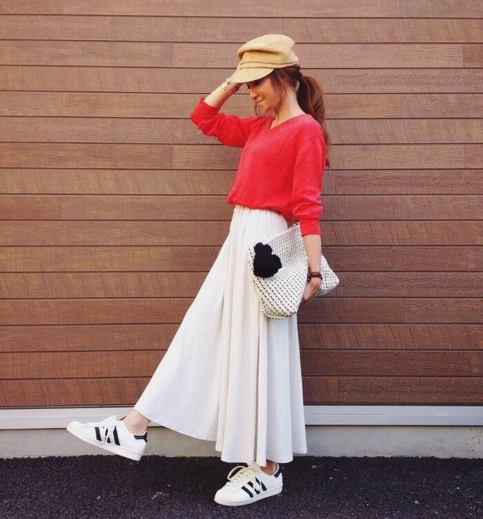 テラコッタ×白ロングスカートのコーデ画像