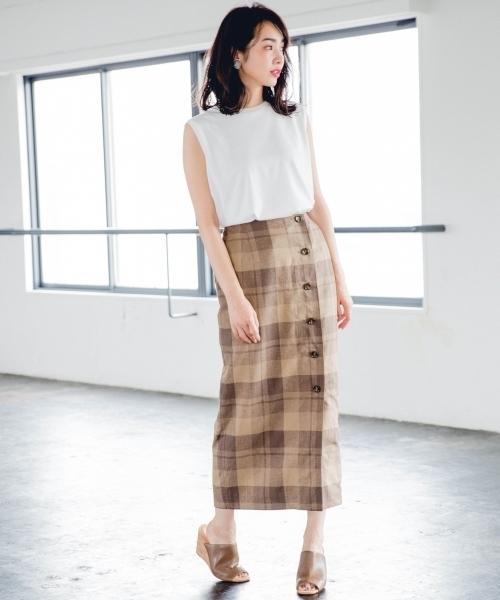 白ノースリーブT×ベージュチェックタイトスカートのコーデ画像