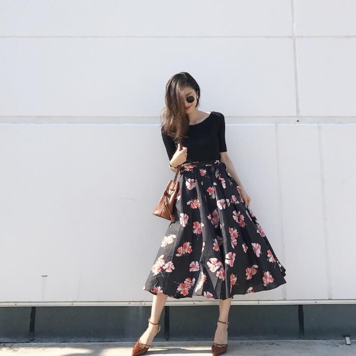 黒リブニット×黒花柄スカート×ブラウン小物のコーデ画像
