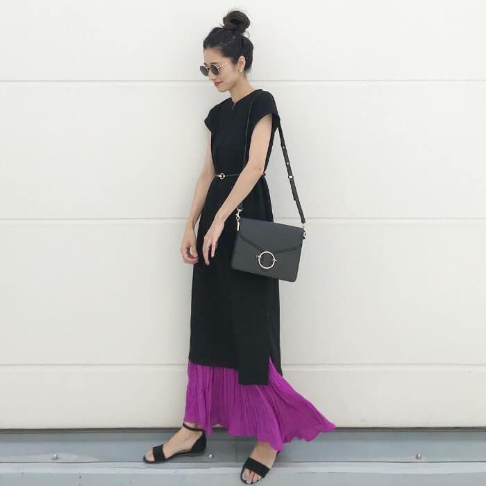 黒ワンピース×紫スカートのレイヤードのコーデ画像