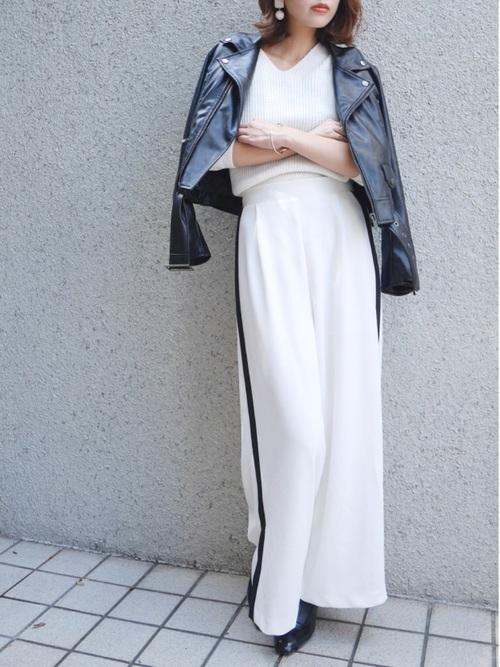 ライダースジャケットと白ラインパンツのコーデ画像