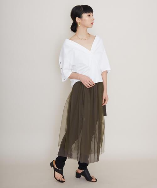 シースルースカート×黒パンツのコーデ画像