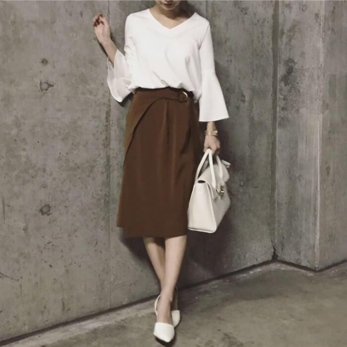 白フレアスリーブブラウス×ブラウンタイトスカートのコーデ画像