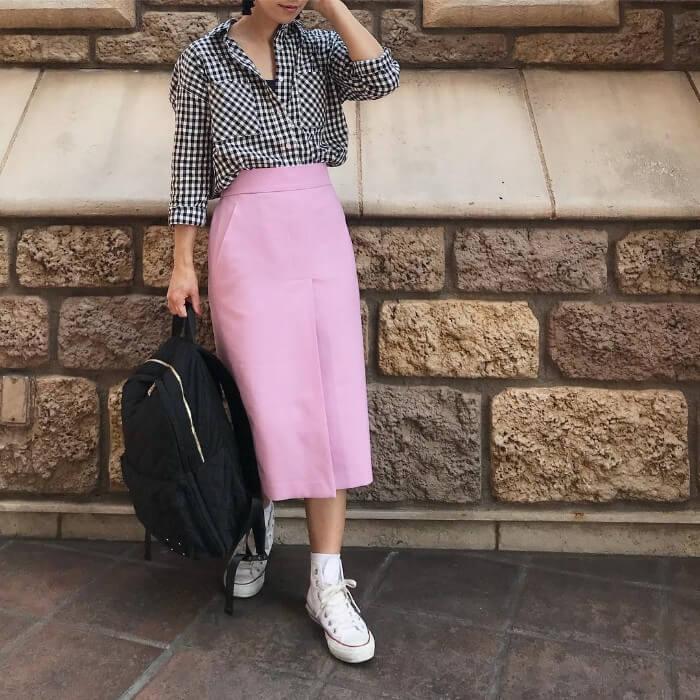 ギンガムチェックシャツ×ピンクタイトスカートのコーデ画像