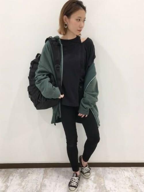 緑パーカー×黒スキニーのコーデ画像