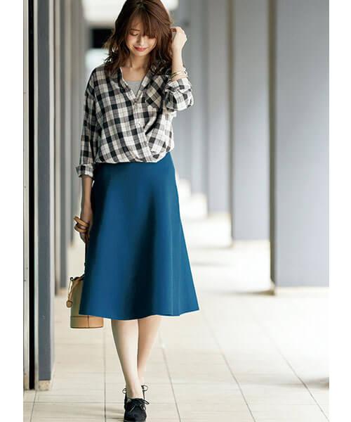 ブルーフレアスカート×チェックシャツのコーデ画像