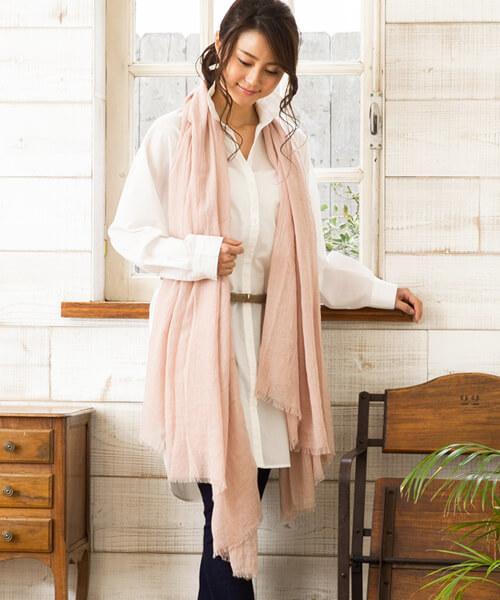 白シャツ×ピンクストールのコーデ画像
