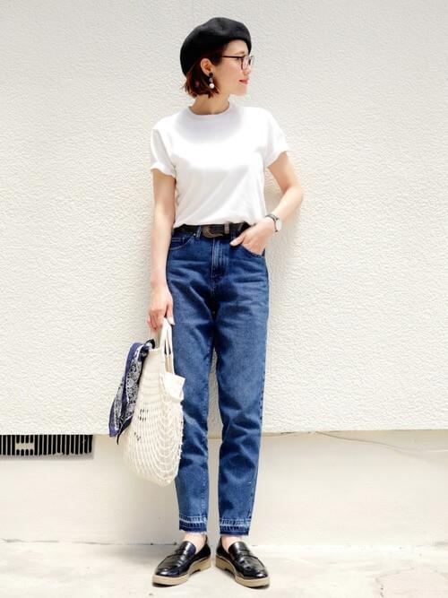 黒ベレー帽×白T×ジーンズの帽子コーデ画像