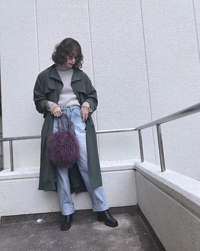 ロールアップデニム×黒ブーツ×トレンチコートのコーデ画像
