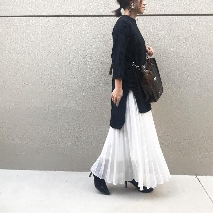 黒ニット×白透けスカートのコーデ画像