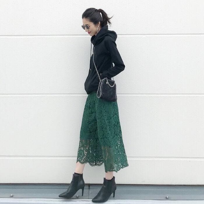 グリーンレーススカート×黒パーカーのコーデ画像