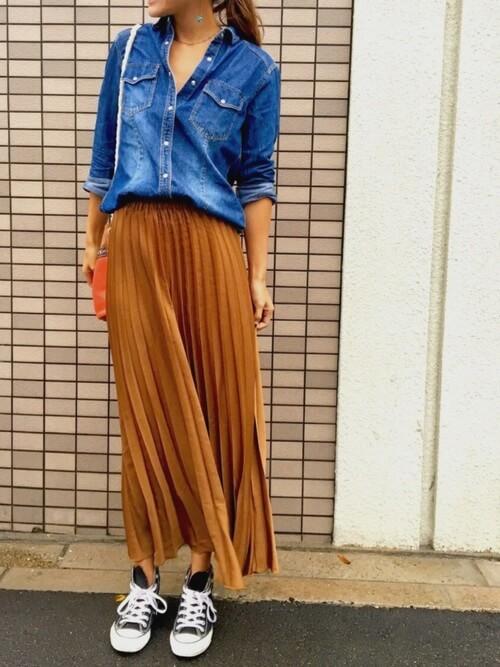 ダンガリーシャツとブラウンのプリーツスカートのコーデ画像