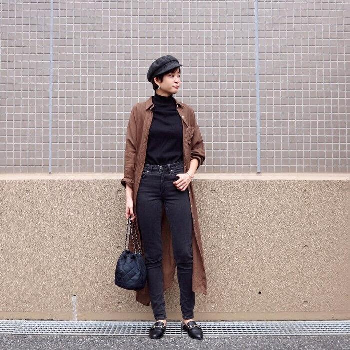 ブラウンシャツワンピ×黒タートルネックニット×ジーンズのコーデ画像