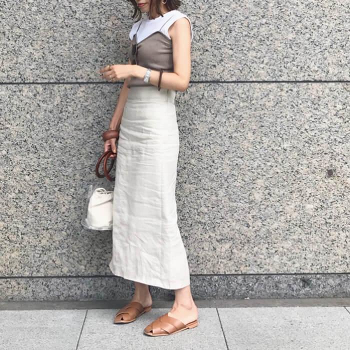 グレーキャミソール×白リネンタイトスカートのコーデ画像