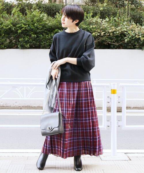 オーガンジー素材のボルドープリーツスカート×黒トップスのコーデ画像