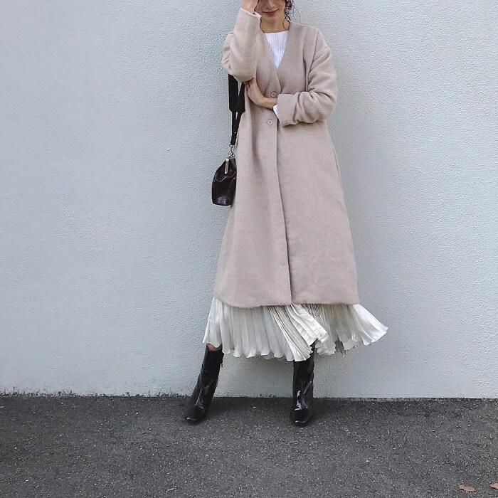 ホワイトロングプリーツスカート×ベージュノーカラーコートのコーデ画像