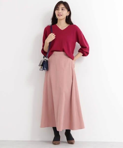ピンクニット×くすみピンクフレアスカートのコーデ画像
