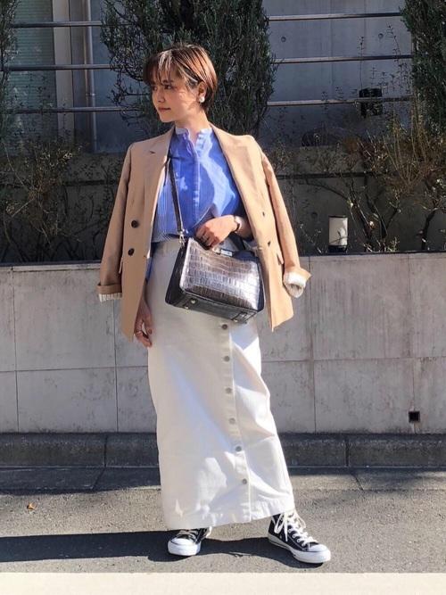 デニムスカートとベージュジャケットのコーデ画像