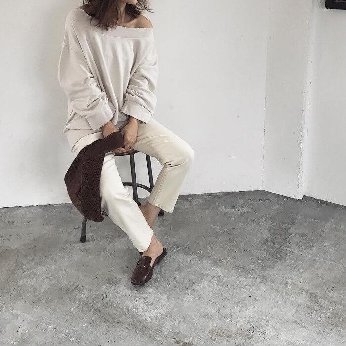 白オフショルスウェット×白パンツのコーデ画像