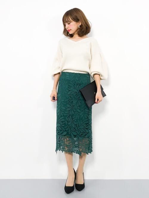 グリーンレースタイトスカート×ベージュニットのコーデ画像
