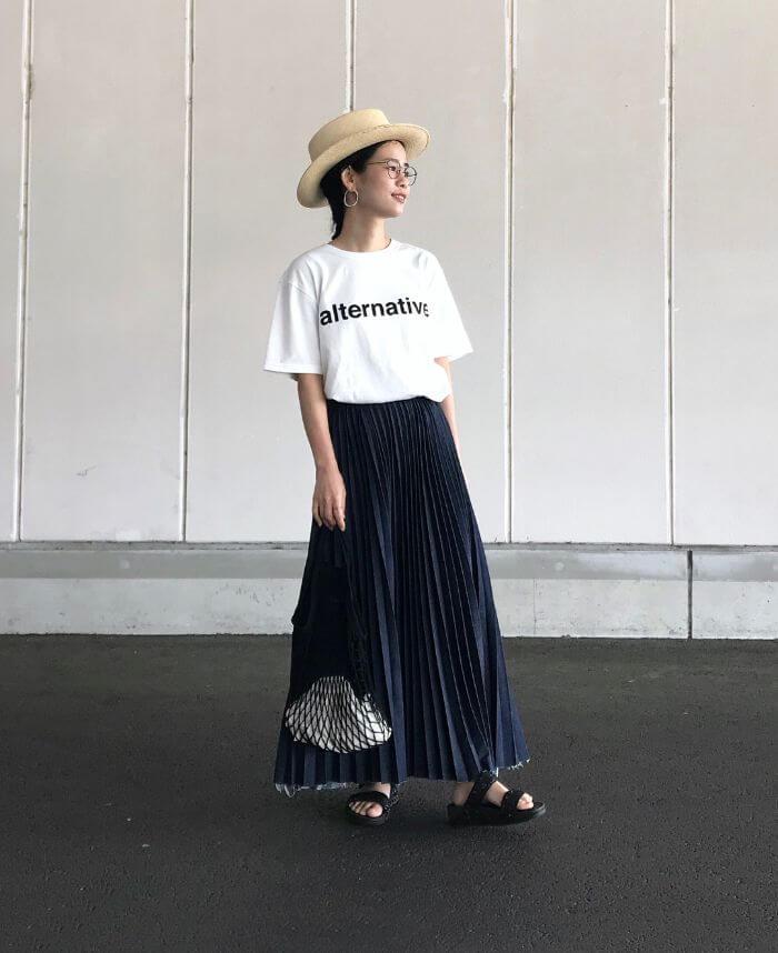 白Tシャツ×プリーツインディゴデニムスカートのコーデ画像