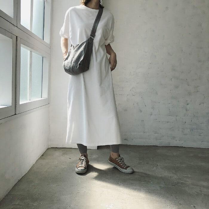 白Tシャツワンピース×グレーレギンスのコーデ画像