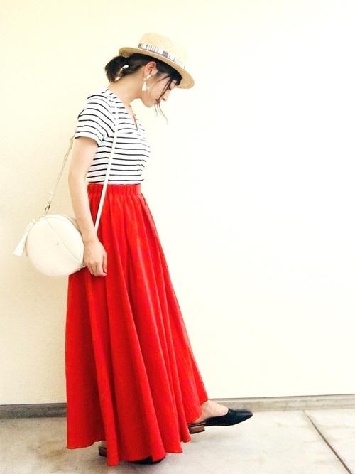 赤色のフレアスカート×カンカン帽のコーデ画像