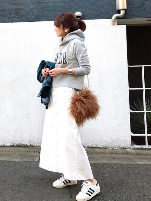 パーカー×白デニムフレアスカート×ファーバッグのコーデ画像