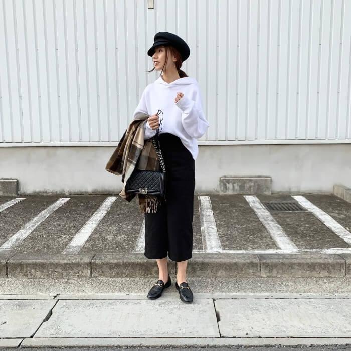 白パーカー×黒タイトスカートのコーデ画像