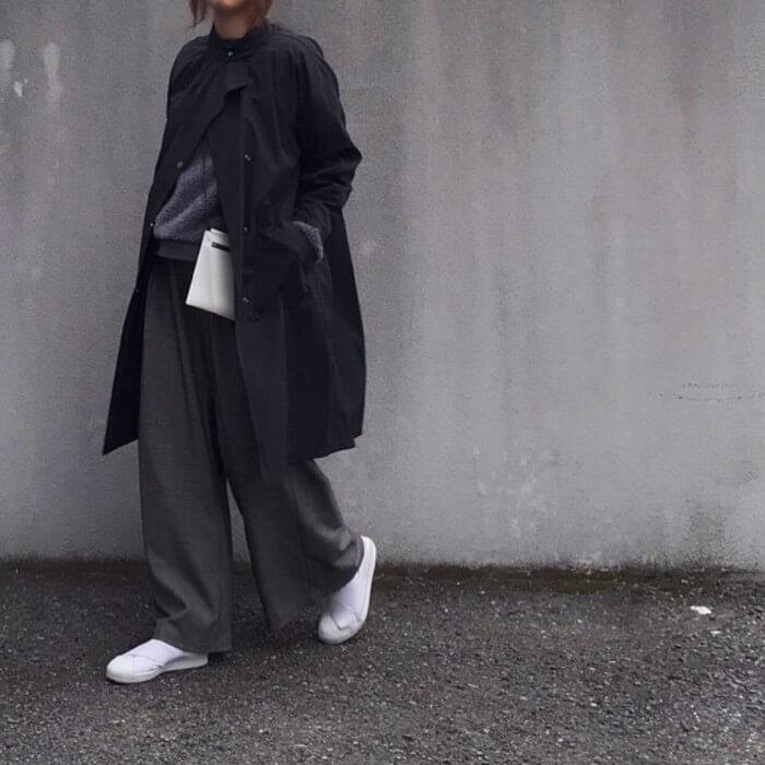 黒ナイロンコート×ダークグレーワイドパンツのコーデ画像