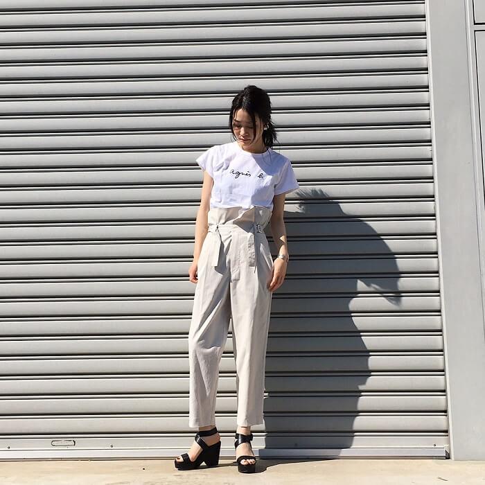 ロゴTシャツ×ホワイトパンツのフレンチカジュアルコーデ画像