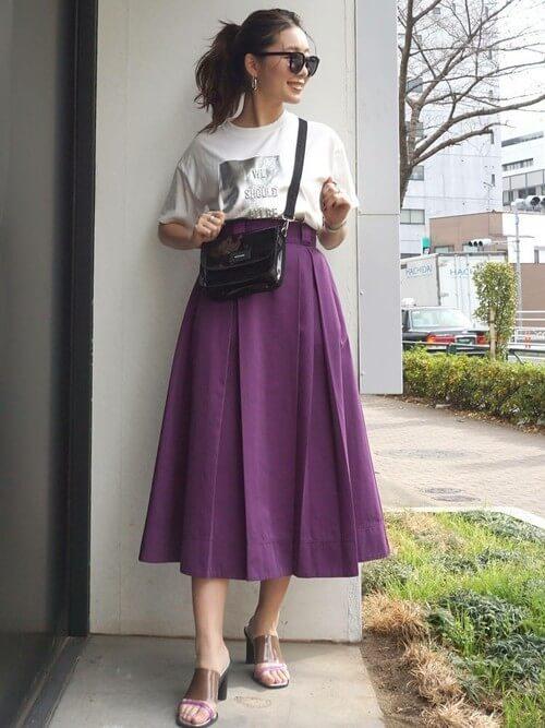 Tシャツ×パープルボックススカートのコーデ画像