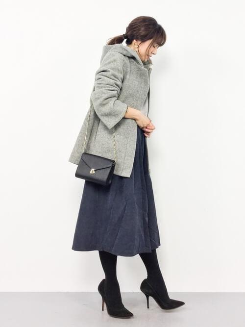 ネイビーフレアスカート×グレーコートのコーデ画像