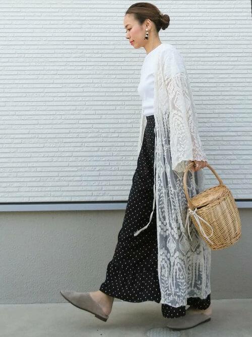 白レースガウン×ドット柄ロングスカートのコーデ画像