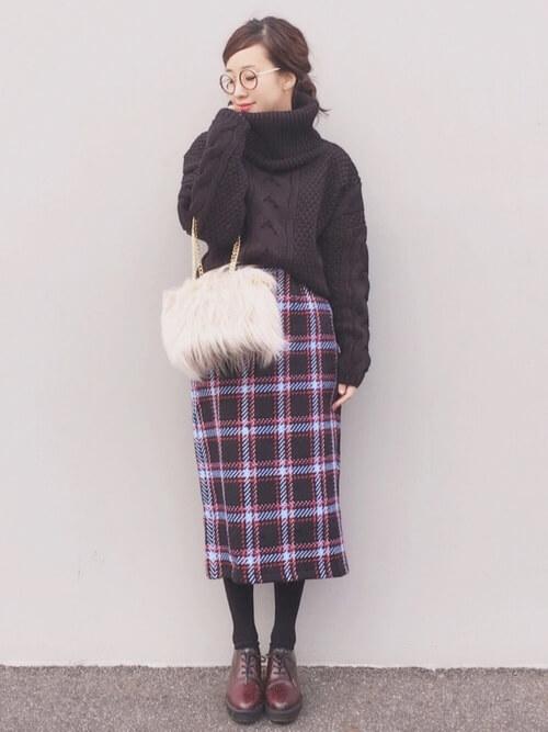 ブラウンタートルニット×チェックタイトスカートのコーデ画像