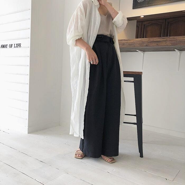 白ロングシャツ×ハイウエスト黒ワイドパンツのコーデ画像