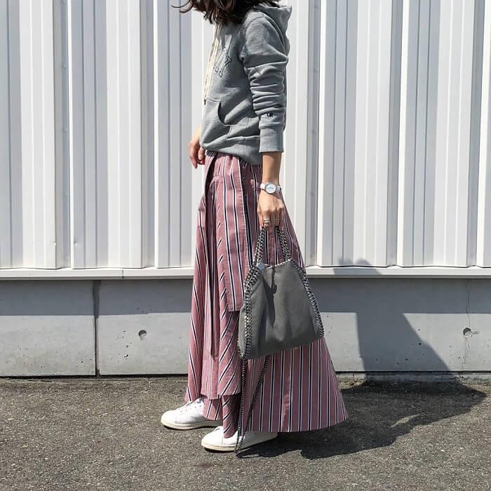くすみピンク色ストライプスカート×パーカーのコーデ画像