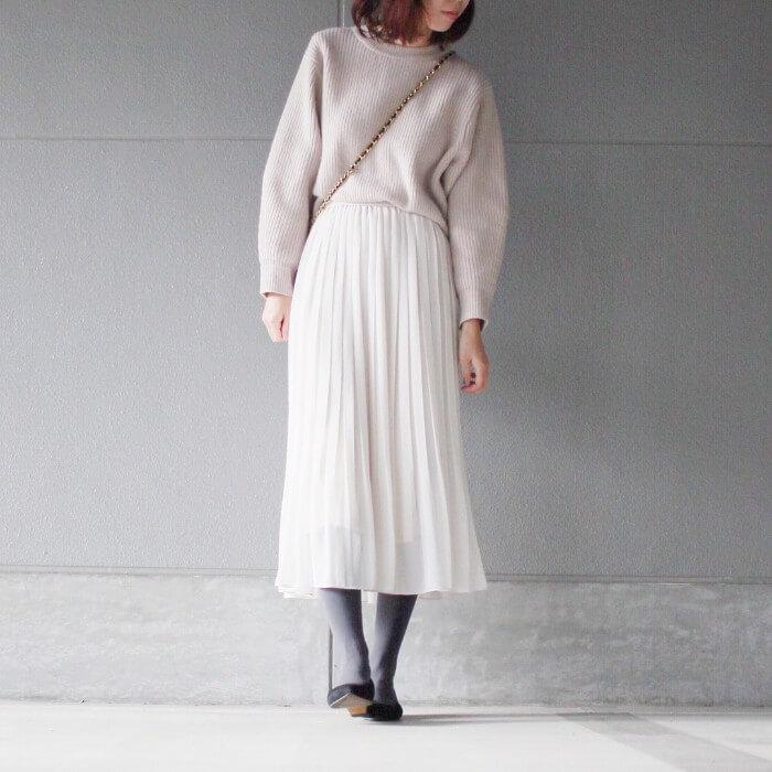 白ロングプリーツスカート×黒パンプスのコーデ画像