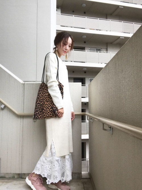 ニットワンピース×レースロングスカート×レオパードバッグのコーデ画像