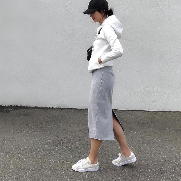 白パーカー×グレースリットスカートのコーデ画像