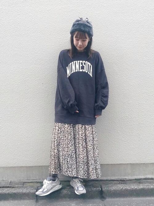 レオパード柄スカート×グレーニューバランススニーカーのコーデ画像