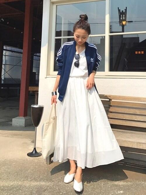 紺色ジャージ×白フレアスカートのコーデ画像
