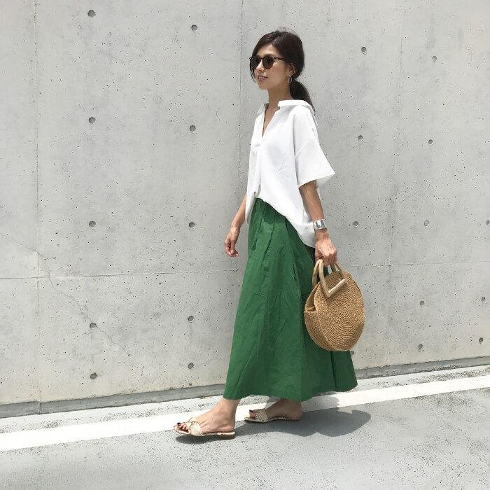 白シャツ×グリーンロングフレアスカートのコーデ画像