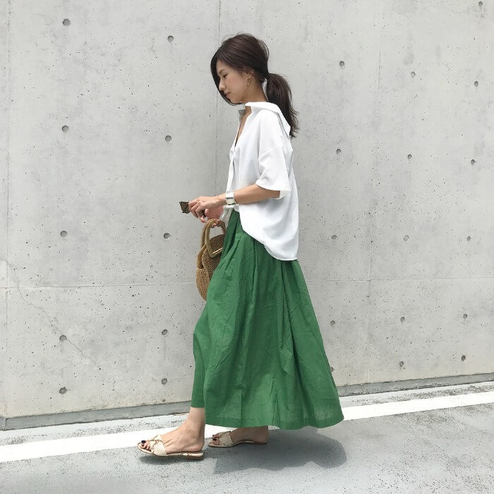 白シャツ×グリーンロングスカートのコーデ画像