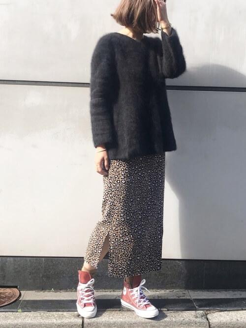 タイトスカート×赤スニーカーのコーデ画像