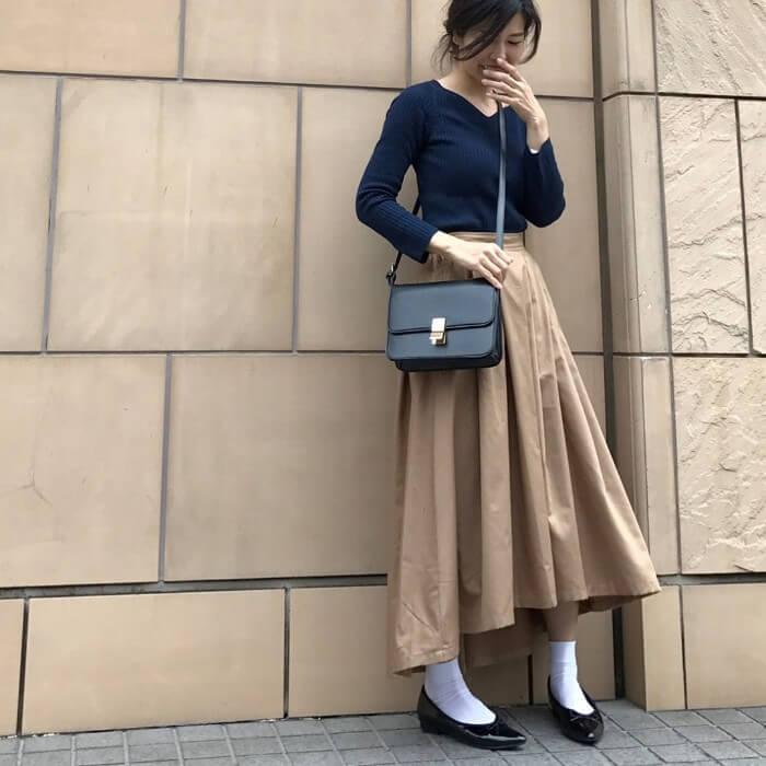 ネイビーカットソー×ブラウンスカート×白靴下×黒パンプスのコーデ画像