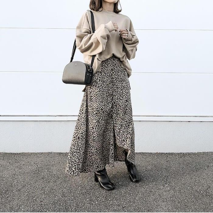 レオパード柄のロングスカートと黒ショートブーツのコーデ画像
