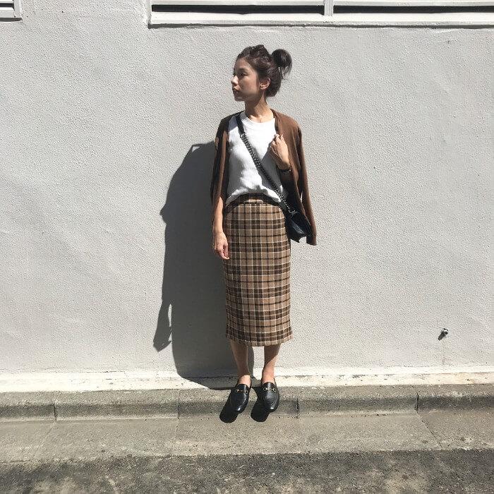 茶色カーデ×チェックタイトスカート×黒ビットローファーのコーデ画像