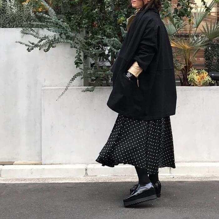 ドット柄ロングスカートのオールブラックコーデの画像